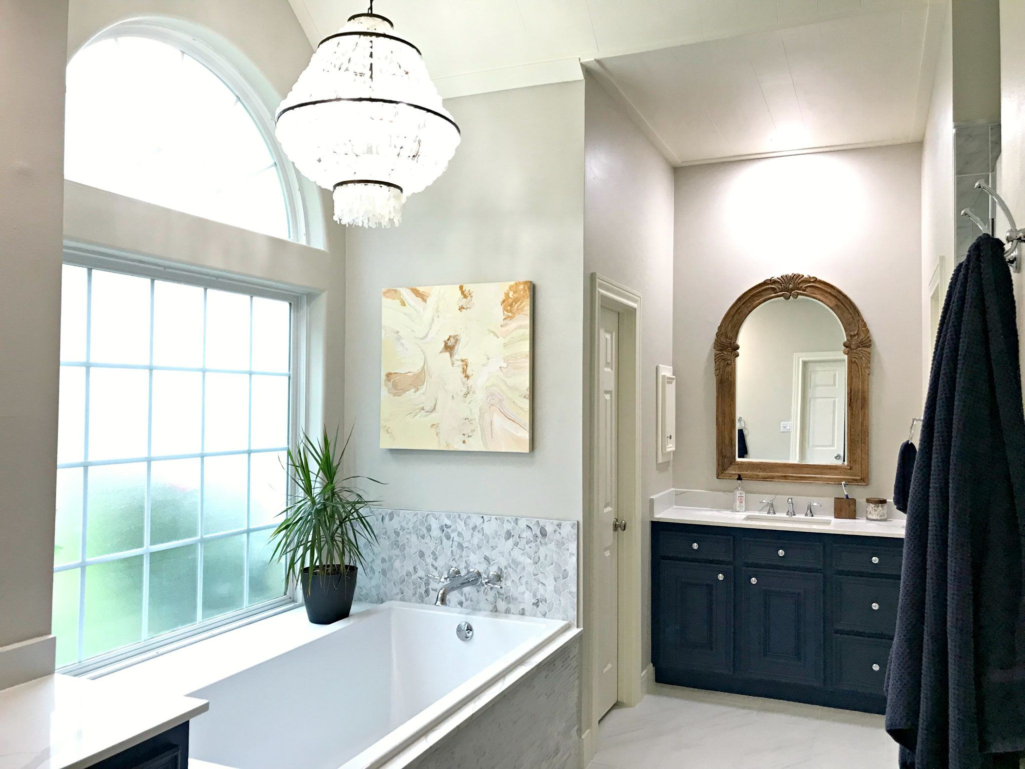 I love this beautiful Master Bathroom Makeover with traditional style and stylish bathroom decor ideas. #BathroomDecor #BathroomDecorIdeas #BathroomDesign #MasterBathroom #BeforeAndAfter