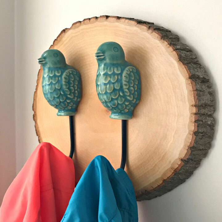 I LOVE this Easy DIY Wood Slice Coat Hook project. It's a beautiful way to hang your coats, bags, or fun kitchen aprons in your home. Easy Home Decor Project idea..